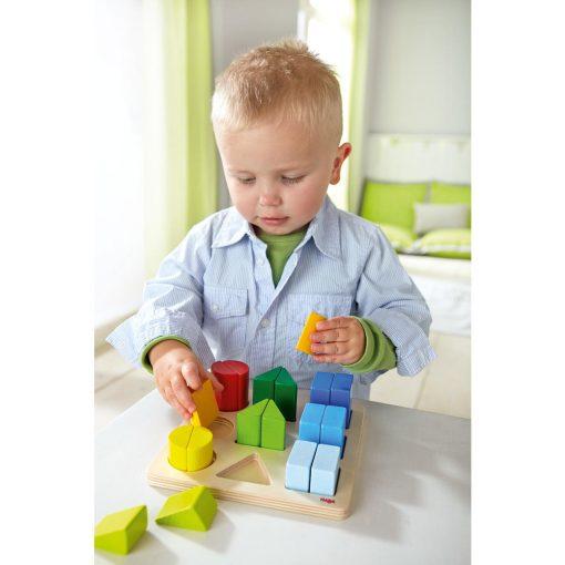 niño jugando con el juego de formas haba