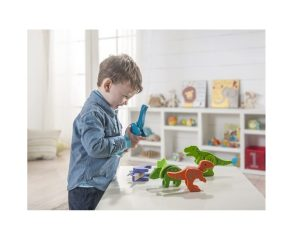 niño jugando con dinosaurios madera